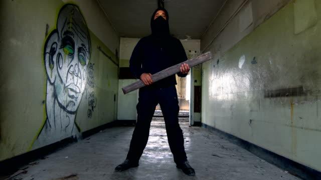 vidéos et rushes de homme avec le masque et le hoodie regardant intimidant - rébellion