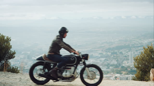 vidéos et rushes de homme avec la moto sur la route de la montagne - moto