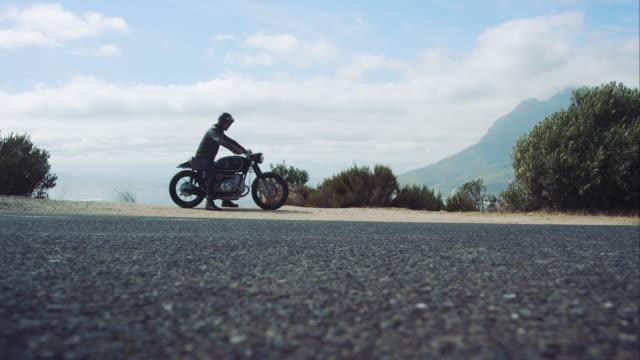 男性、モーターサイクルの mountain road - バイカー点の映像素材/bロール