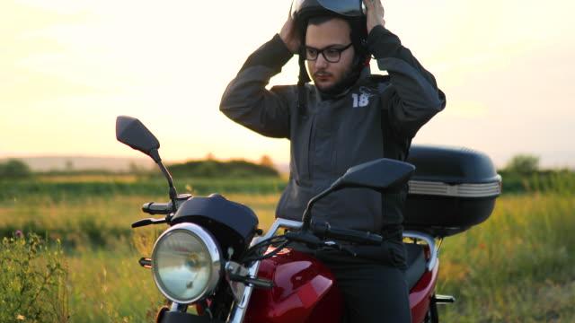 道路上のオートバイを持つ男 - ヘルメット点の映像素材/bロール