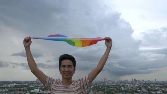 man med regnbågsfärg hbt-flagga - spektrum bildbanksvideor och videomaterial från bakom kulisserna