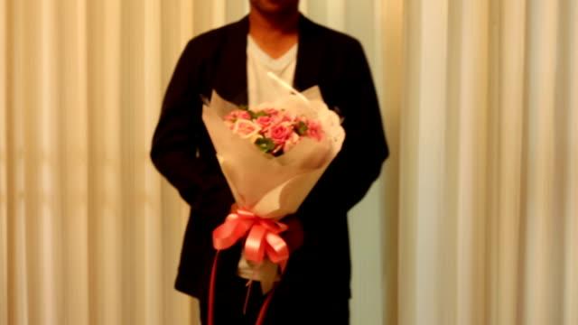 mann mit rose bouquet folwer - blumenbouqet stock-videos und b-roll-filmmaterial
