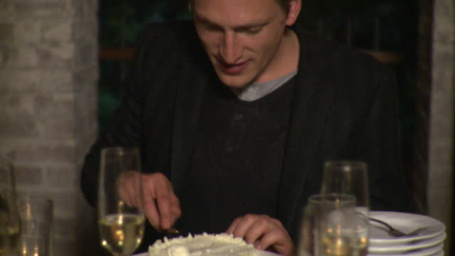 vídeos y material grabado en eventos de stock de ms man with slicing and serving coconut cake at party table with champagne glasses, new york city, new york, usa - modales de mesa