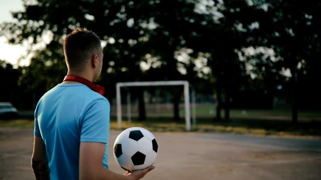 vídeos de stock e filmes b-roll de man with soccer ball on cityscape. - treinar