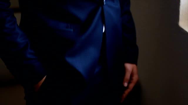 stockvideo's en b-roll-footage met man met stijl - manchet mouw