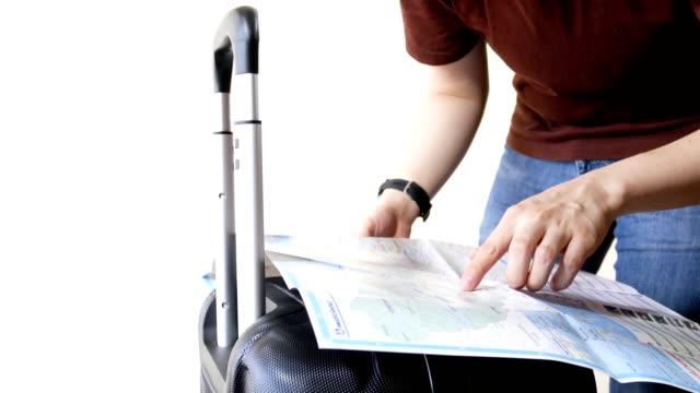 man met reizen bagage papieren kaart gebruiken voor het plannen om te reizen ergens op witte achtergrond
