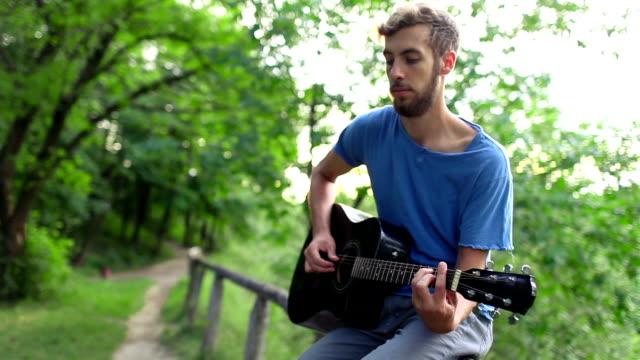 Mann mit ukulele