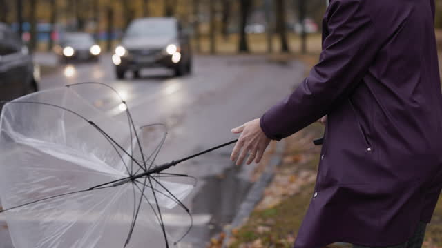 vidéos et rushes de homme avec le parapluie sur un jour orageux - effort