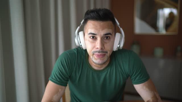 自宅でビデオチャットで白斑を持つ男 - ウェブカメラの個人的な視点 - 離れた点の映像素材/bロール