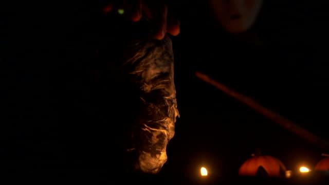 白いマスクと魔法の杖、ハロウィーンのコンセプトを持つ男 - 幽霊点の映像素材/bロール