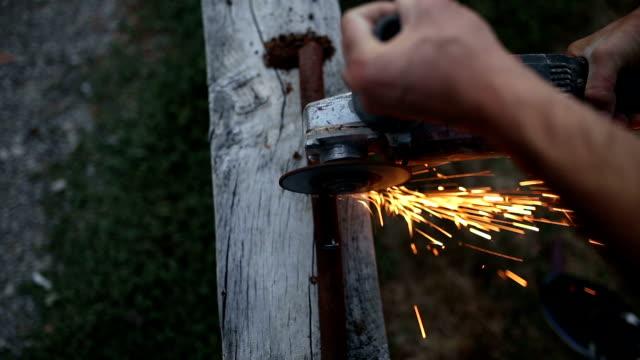 vídeos de stock e filmes b-roll de man without gloves work with circular saw - dangerous - condição