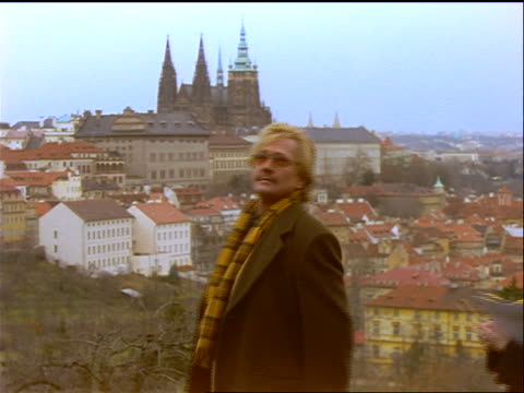 man + woman pointing up + talking / prague buildings in background / czech republic - フラッチャニ城点の映像素材/bロール