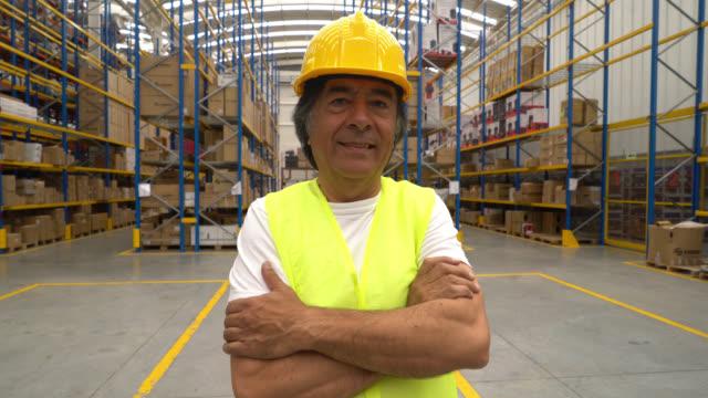 Man aan het werk in een magazijn