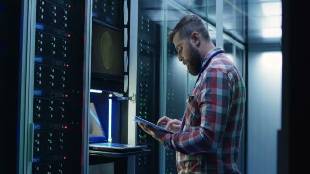 vídeos y material grabado en eventos de stock de man working at computer lab - laboratorio de ordenadores