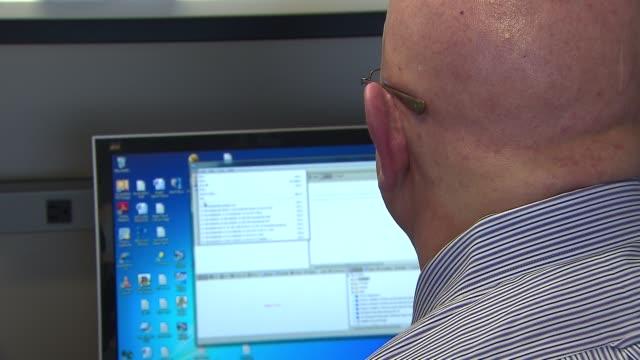 vídeos y material grabado en eventos de stock de man working at computer on october 14 2013 in chicago illinois - ciencia forense