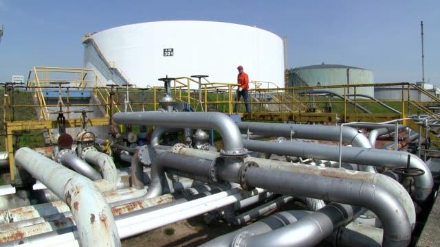 ms man working at oil refinery holborn / hamburg, germany - arbeiter stock-videos und b-roll-filmmaterial