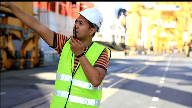 vídeos y material grabado en eventos de stock de hombre trabajando en el puerto de carga - walkie talkie
