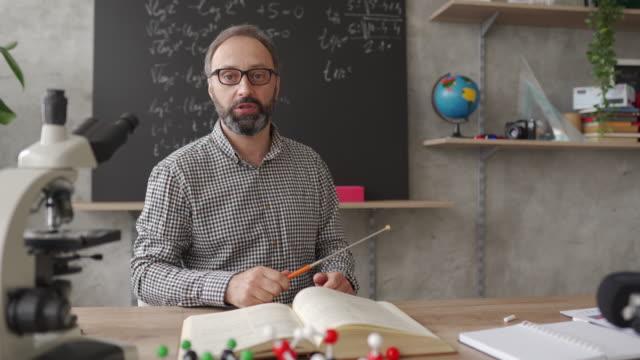 vídeos de stock e filmes b-roll de man working from home classroom as online teacher during covid-19 pandemic - aula de formação