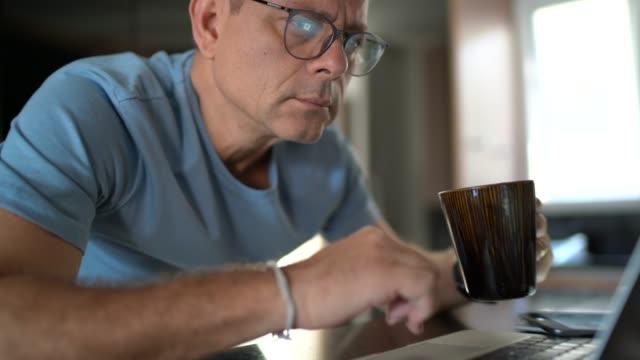 vídeos de stock e filmes b-roll de man working from home - prontidão