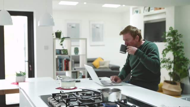 stockvideo's en b-roll-footage met man working from home - telewerk