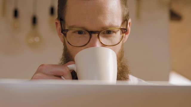 vídeos y material grabado en eventos de stock de hombre trabajando desde casa - taza sin platillo