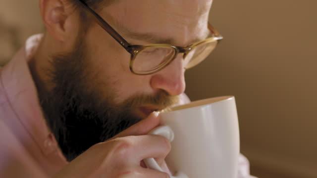 自宅で働く男 - cup点の映像素材/bロール