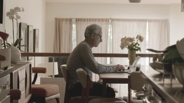 man working from home - 職探し点の映像素材/bロール