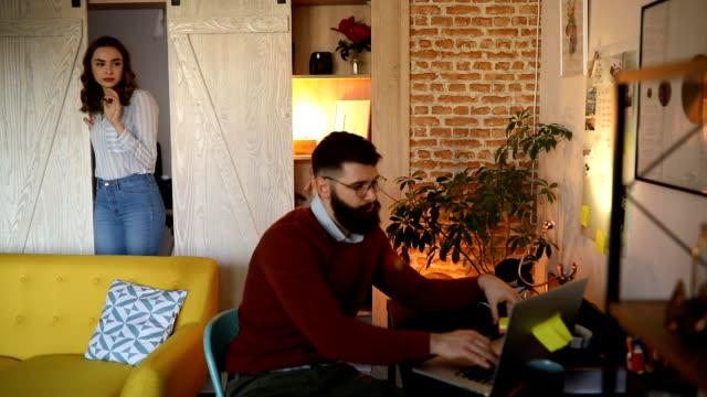 stockvideo's en b-roll-footage met man aan het werk vanuit huis - flexplekken