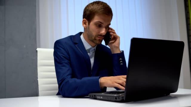 vidéos et rushes de homme travaillant dans son bureau-aidant le client en lui donnant l'information juste - avocat juriste