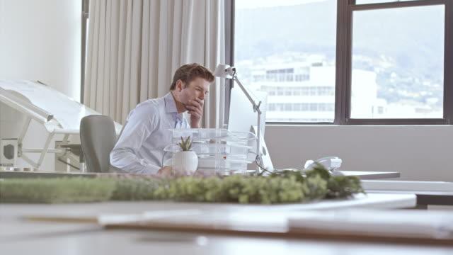 mann arbeiten im büro  - kleines büro stock-videos und b-roll-filmmaterial