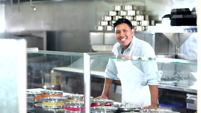 stockvideo's en b-roll-footage met mens die in restaurant werkt dat voedsel dient - filipijnse etniciteit
