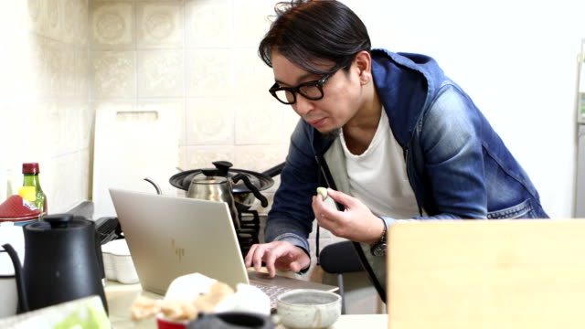 a man working in the kitchen at home - arbeitsplatte stock-videos und b-roll-filmmaterial
