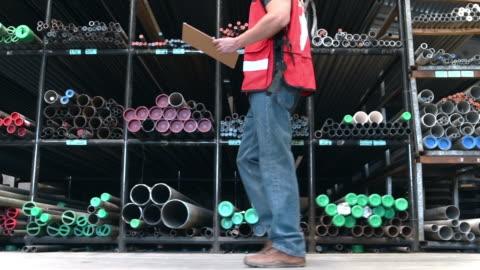 man som arbetar i slangar lager - stål bildbanksvideor och videomaterial från bakom kulisserna
