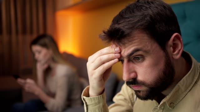 vidéos et rushes de homme travaillant tard à la maison - se tenir la tête entre les mains