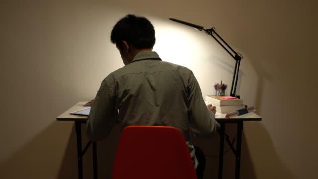 vídeos de stock, filmes e b-roll de homem trabalhando até altas horas da noite - excesso de trabalho