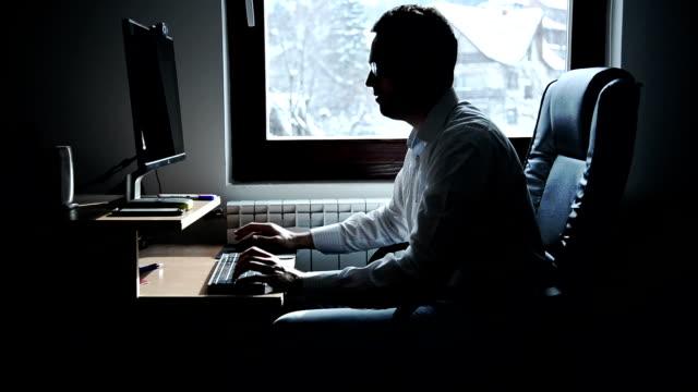 コンピューターで作業する男性