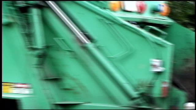 man working on garbage truck - ゴミ収集車点の映像素材/bロール