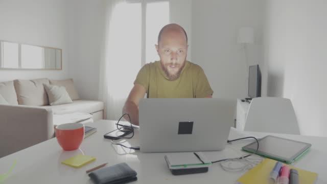 働く男性のノートパソコンをご自宅で  - 宝くじ点の映像素材/bロール