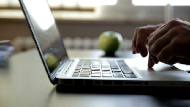Mann arbeiten mit Laptop, Computer