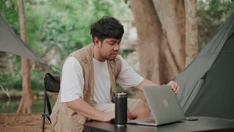 vídeos y material grabado en eventos de stock de un hombre trabajando en laptop en la naturaleza en el camping - actividad al aire libre