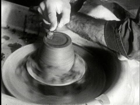 vídeos de stock e filmes b-roll de cu, b/w, man working on pottery wheel, usa - prelinger archive