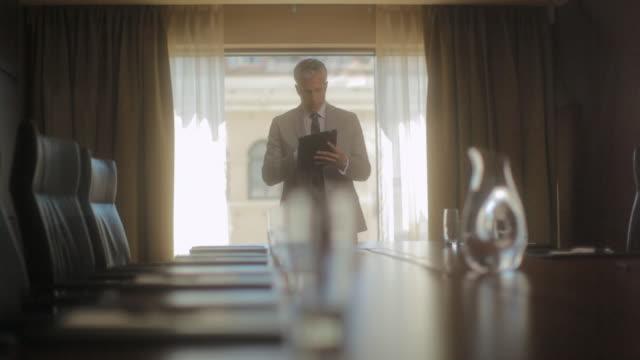 vidéos et rushes de ms pan man working on tablet computer in meeting room / seattle, wa, united states - salle de réunion