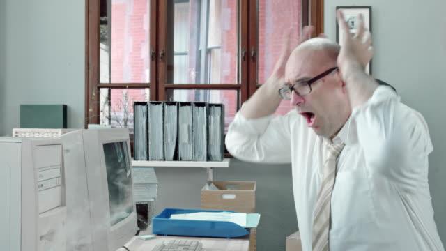 DS Mann auf dem computer arbeiten, wenn wir Fänge fire