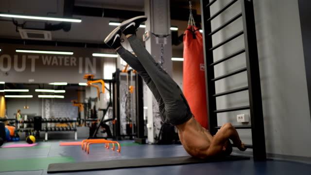 vídeos y material grabado en eventos de stock de hombre haciendo ejercicio en el gimnasio - músculo humano
