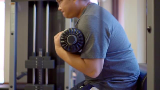 Man aan het werk van Out in de sportschool