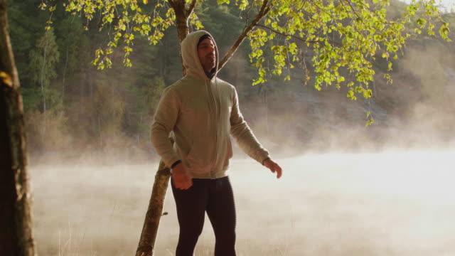 vídeos de stock e filmes b-roll de man working out outdoors - esticar