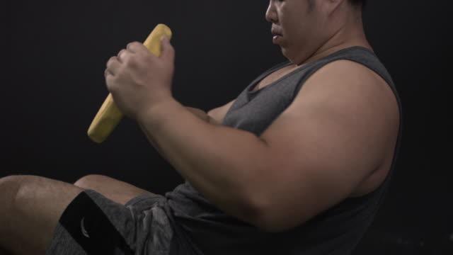 ジムで重量プレートで働く男、スローモーション - 筋肉質点の映像素材/bロール
