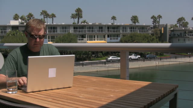 vídeos de stock e filmes b-roll de (hd1080i) homem a trabalhar fora, fecha computador portátil e caminha away - homens de idade mediana
