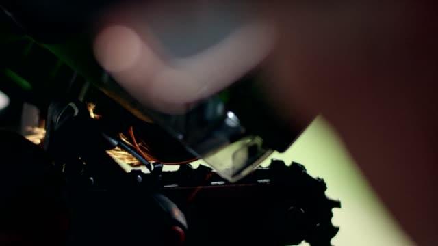 vídeos y material grabado en eventos de stock de hombre con motosierra del husqvarna. cierre para arriba - sacapuntas