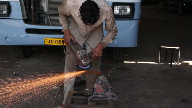 vídeos de stock, filmes e b-roll de man working with grinder at workshop of laggar industries during customizing armored vehicles jalandhar punjab india on monday april 29 2019 - à prova de balas